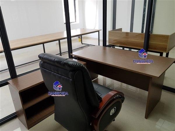 Nội thất Đăng Khoa thiết kế bàn giám đốc hiện đại, sang trọng cho văn phòng